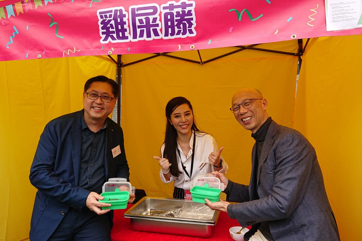 ​Photo of the Secretary for the Environment, Mr Wong Kam-sing and the District Officer (Kowloon City), Mr Franco Kwok with food stall helper