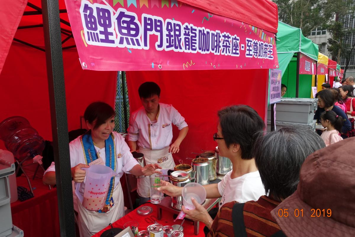 Public uses the reusable tableware for the drinks at food stall
