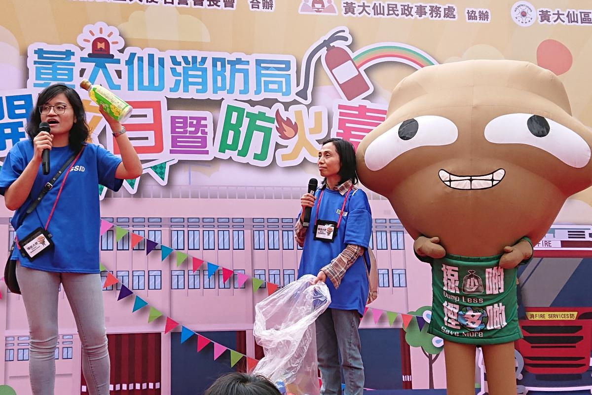 Green Ambassador educates the public for clean recycling on stage