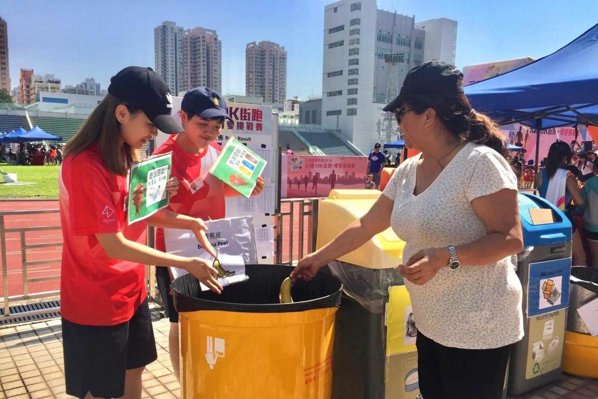Green Ambassadors guide the runners for clean recycling