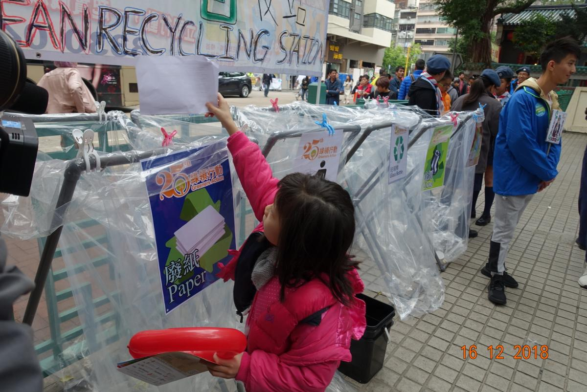 Green Ambassadors guide the participants for clean recycling
