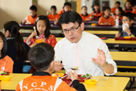 Secretary for the Environment, Mr. Edward TW Yau took lunch with the students of the Yaumati Catholic Primary School (Hoi Wang Road)